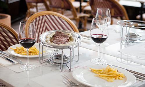 images/cafeparis/cafe-de-paris-table.jpg